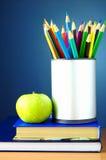 Bleistifte und Bücher auf der Tabelle Lizenzfreies Stockbild