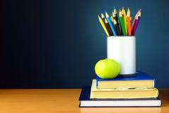 Bleistifte und Bücher auf der Tabelle Stockbild