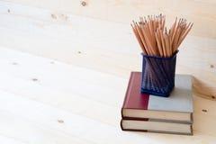 Bleistifte und Bücher Auf hölzernem Stockbilder