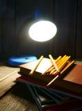 Bleistifte und Bücher Auf hölzernem Hintergrund Stockfotos