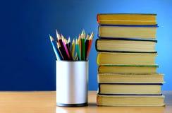 Bleistifte und Bücher sind auf der Tabelle Lizenzfreie Stockbilder