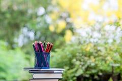 Bleistifte und Bücher werden auf Bretterböden gesetzt Lizenzfreie Stockbilder