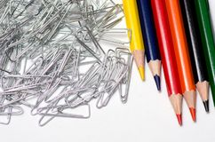 Bleistifte und Büroklammern Stockbilder