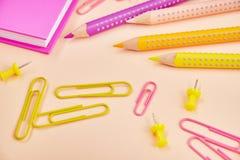 Bleistifte und Büroklammern auf Hintergrund, Briefpapier Lizenzfreies Stockbild