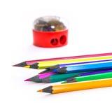 Bleistifte und Bleistiftspitzer Stockfotos
