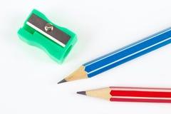 Bleistifte und Bleistiftspitzer auf weißer Tischplattennahaufnahme Stockfotografie