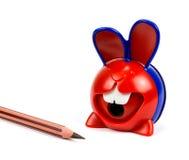 Bleistifte und Bleistiftspitzer lokalisiert Lizenzfreies Stockfoto