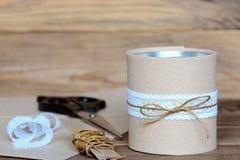 Bleistifte und dekorativer Halter der Scheren Aufbereitete Blechdose für Lagerung des Briefpapiers Blechdose verschönert mit Filz Lizenzfreie Stockfotografie