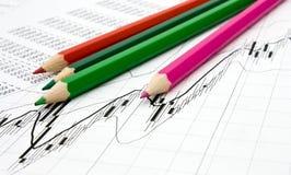 Bleistifte und Diagrammhintergrund Stockbild