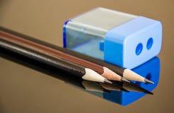 Bleistifte und ein Bleistiftspitzer Lizenzfreies Stockfoto