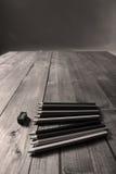 Bleistifte und ein Bleistiftspitzer Stockfotos