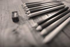 Bleistifte und ein Bleistiftspitzer Stockbild