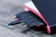 Bleistifte und ein Notizbuch Lizenzfreie Stockbilder