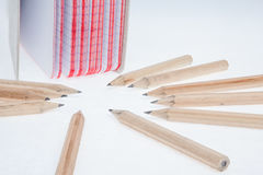 Bleistifte und ein Notizbuch Stockfotografie