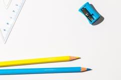 Bleistifte und ein Ruller über Weißbuch Stockfoto