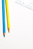 Bleistifte und ein Ruller über Weißbuch Lizenzfreies Stockbild