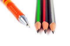 Bleistifte und ein Stift auf einem weißen Hintergrund Lizenzfreie Stockfotografie