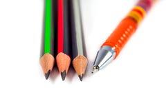 Bleistifte und ein Stift auf einem weißen Hintergrund Stockbild
