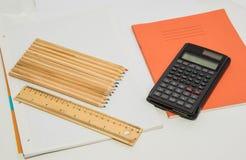 Bleistifte und ein Taschenrechner Stockfotografie