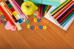 Bleistifte und Farbe mit Apfel Stockbild