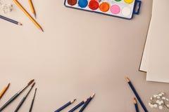 Bleistifte und Farben für das Zeichnen Stockbild