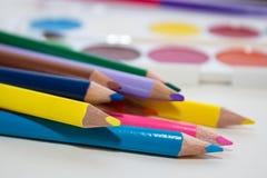 Bleistifte und Farben für Schule Stockbilder