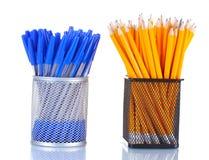 Bleistifte und Federn in den Metallcup Stockfotos
