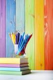 Bleistifte und Filzstifte mit Büchern Stockfotografie