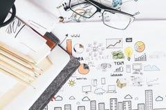 Bleistifte und Gläser auf Skizze Lizenzfreie Stockfotos
