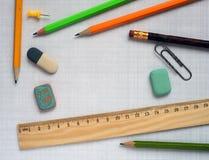 Bleistifte und hölzerner Machthaber Stockfotos