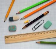 Bleistifte und hölzerner Machthaber Stockfotografie