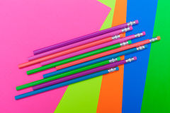 Bleistifte und helles farbiges Plakatbrett Lizenzfreies Stockbild