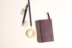 Bleistifte und Kaktuslüge auf dem Desktop Lizenzfreies Stockfoto