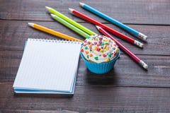 Bleistifte und kleiner Kuchen Stockfoto