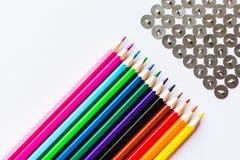 Bleistifte und Knöpfe über weißem Hintergrund Lizenzfreie Stockfotografie