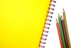 Bleistifte und Lehrbuch Lizenzfreie Stockfotos
