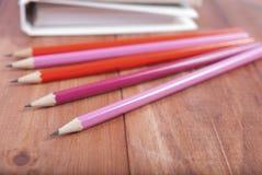 Bleistifte und Machthaber auf Notizbuch Fokus auf Bleistiften Lizenzfreies Stockfoto
