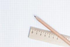 Bleistifte und Machthaber auf Notizbuchseite Stockfotos