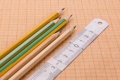 Bleistifte und Machthaber auf Zeichenpapier mit Maßeinteilung Stockbilder