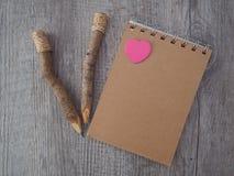 Bleistifte und notebok auf altem Holz Stockfoto