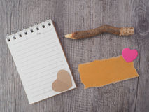 Bleistifte und notebok auf altem Holz Lizenzfreie Stockfotografie