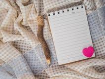 Bleistifte und notebok auf Tischdecke Stockfoto