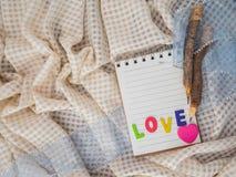 Bleistifte und notebok auf Tischdecke Lizenzfreie Stockbilder