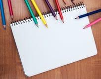 Bleistifte und Notizbücher Stockbild