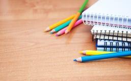 Bleistifte und Notizbücher Stockfoto