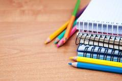 Bleistifte und Notizbücher Stockfotografie
