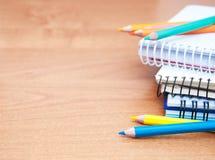 Bleistifte und Notizbücher Lizenzfreie Stockfotos