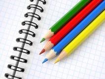 Bleistifte und Notizblock Stockfoto