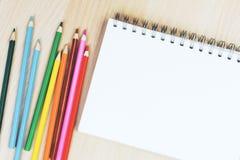 Bleistifte und Notizblock Stockfotos