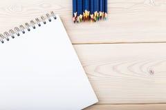 Bleistifte und Notizblock auf Tabelle Lizenzfreie Stockfotografie